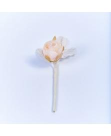 Floare decorativa miniroza ivori cu reflexe argintii